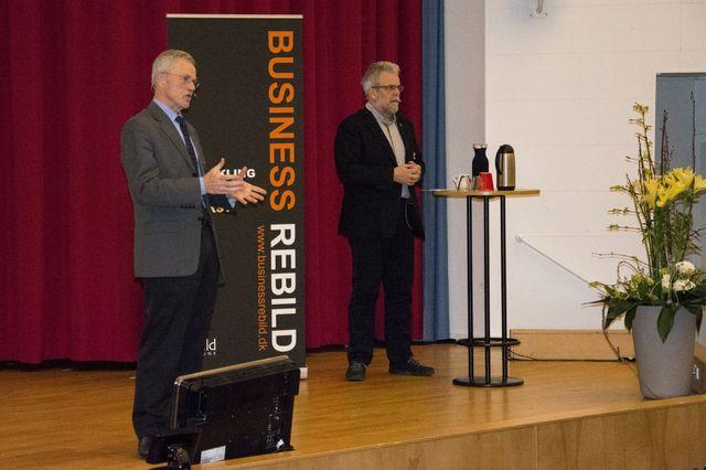Tidligere DONG-chef Anders Eldrup og Rebilds borgmester Leon Sebbelin lytter til spørgsmål fra salen.