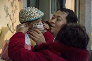 Barn med ansigtsmaske