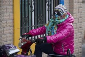 Indpakket pige på scooter