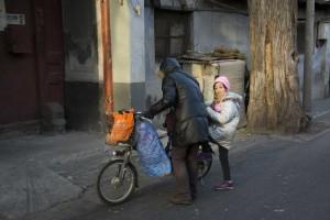 Pige stiger på cykel