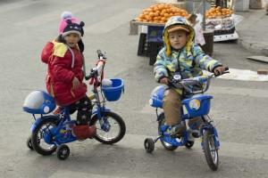 Små venner på cykel