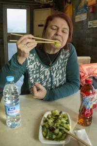 Helle-Karin Helstrand lærer at spise med pinde