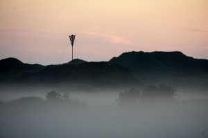 Advarselstrekant stikker ud af tågen ved Rødhus Klithede