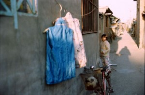 Beijing 1995 Hutong med vasketøj