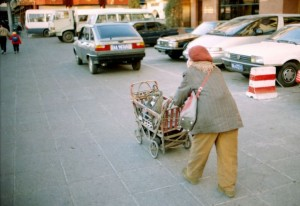 Beijing 1995 fattig gammel dame ved biler