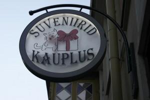 Butiksskilte pryder facaderne i den gamle bydel