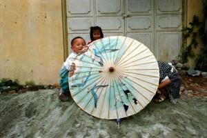 Dali 1995 - Børn bag kinesisk paraply
