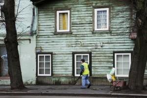Forfald og træhus i forstad