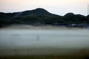 Person kæmper sig gennem tågen Rødhus Klithede
