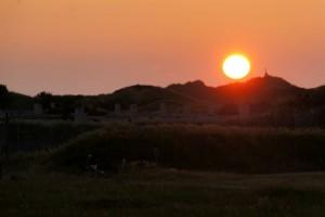 Solen går ned bag klitterne på Rødhus Klithede