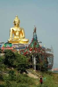 Buddha ved Khong-floden mellem Thailand og Laos