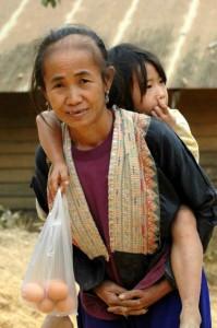 Dame med barn på ryggen, Thailand