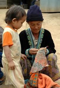 Kvinde syr med barn