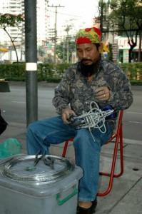 Motorcykler af ståltråd på gaden i Bangkok