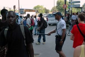 Politi mod gadehandlere ved Eiffeltårnet
