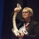 Helle Røge har altid sin rygrad med, når hun vejleder virksomheder