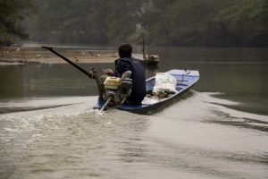 Fiskeri i søen i Ba Be Nationalpark