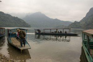 Den lokale færge på søen i Ba Be Nationalpark