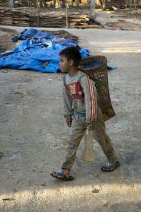 På landet henter drengene vand, mens pigerne vasker tøj. Kon Tum