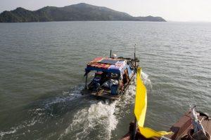 Solceller på taget af båd i Bai Tu Long Bay