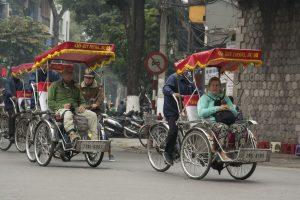 Turister er de eneste, der bliver kørt i cykeltaxier / rickshaw. Vietnamesere tager en scooter.