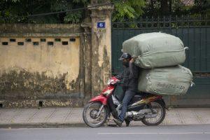 Han kom afsted... Læs på scooter, Hanoi