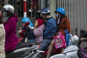 Hel familie på scooter, Kon Tum