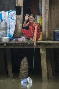 Kvinde henter vand i Mekong