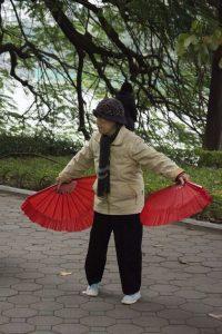 Morgengymnastik med vifter i Hanoi