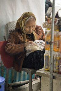 Kvinde passer butik i Hanoi