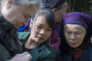 Tay-kvinder ser billeder af sig selv ved Ban Gioc