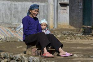 Tay-kvinde ved Ban Gioc passer barnebarn