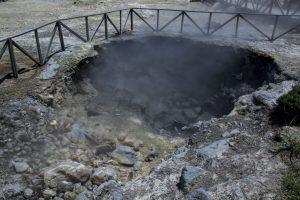 Varme og gas strømmer op fra undergrunden ved Furnas.
