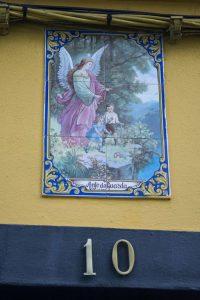 Næsten alle døråbninger er udsmykket med en katolsk mosaik. Her i Lagoa.