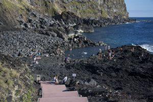 En af de få muligheder for at bade på Sao Miguel - oven i købet et sted, hvor den underjordiske lavamasse opvarmer havvandet. Ponta da Ferraria.