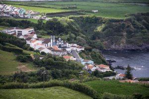 Typisk landsby tæt på den forrevne kyst.