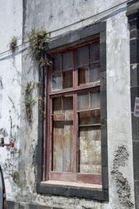 Der er mange tomme og forfaldne bygninger over hele Sao Miguel på Azorerne.