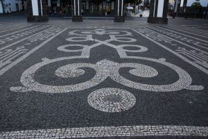 Overalt smukke mosaikfortorve i sort og hvid, som det ses mange steder i portugisiske områder i verden.