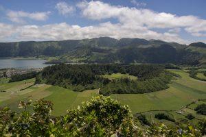 Midt i krateret med tvillingesøerne ligger et mindre vulkankrater